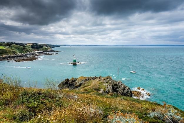 Farol e paisagem costeira em pleneuf val andre brittany, frança Foto Premium