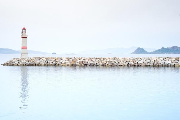 Farol em um mar nebuloso mostrar a direção - conceito de solidão e esperança Foto Premium