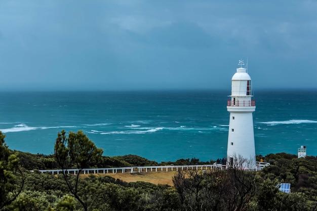 Farol farol na costa do oceano Foto gratuita