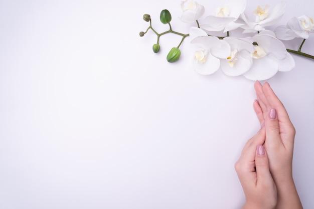 Fashionrt retrato mulher flores na mão com uma maquiagem brilhante e contrastante. Foto Premium