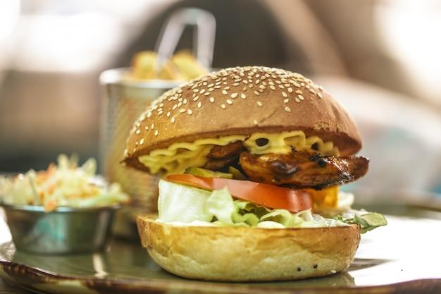 Fast-food, batatas fritas com um sanduíche em um café Foto gratuita