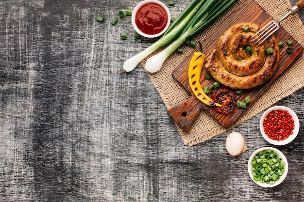 Fast-food delicioso churrasco na mesa de madeira cinza Foto gratuita