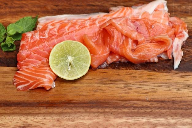 Fatia crua de salmão Foto Premium