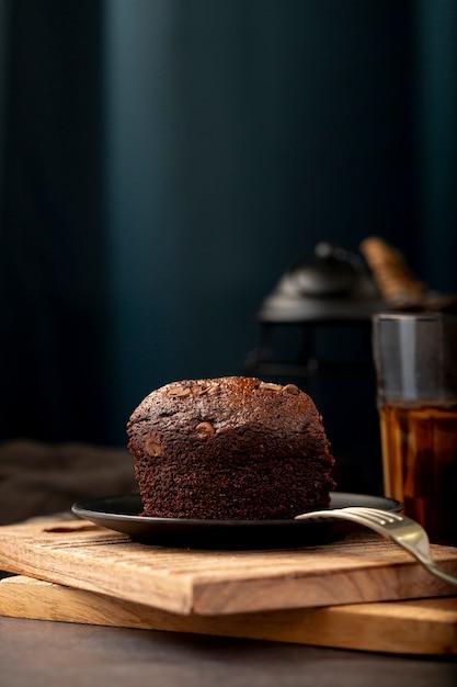 Fatia de bolo de chocolate em um suporte de madeira Foto gratuita