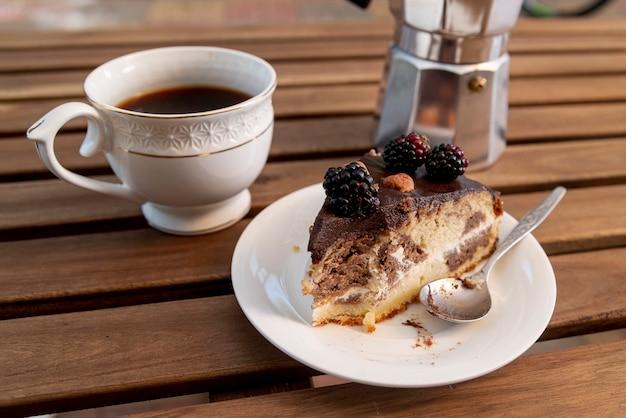 Fatia de bolo de close-up com uma xícara de café Foto gratuita