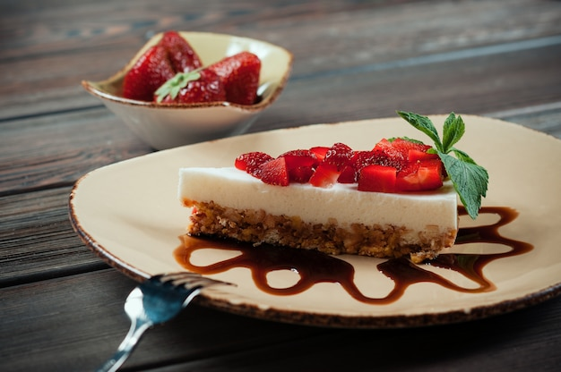 Fatia de bolo de morango, foco seletivo Foto Premium