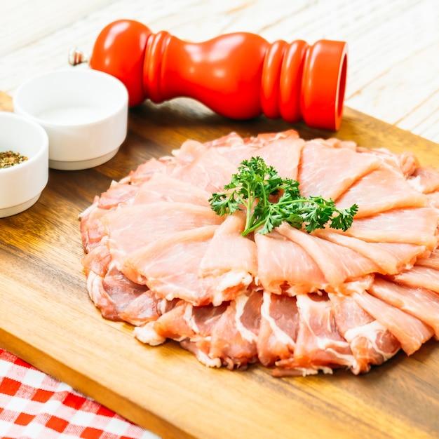 Fatia de carne de porco crua Foto gratuita