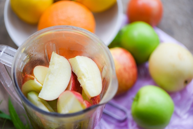 Fatia de frutas frescas no liquidificador preparando ingredientes saudáveis verão suco Foto Premium