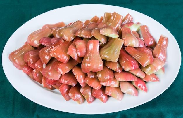 Fatia de maçã rosa Foto Premium