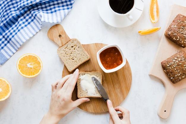 Fatia de pão com geléia de manteiga e café Foto gratuita