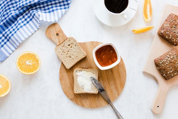 Fatia de pão com manteiga e geléia Foto gratuita