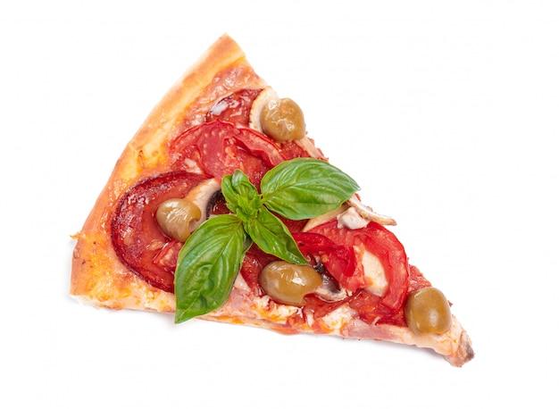 Fatia de pizza fresca com calabresa, isolada no fundo branco Foto Premium