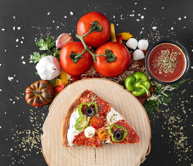 Fatia de pizza na placa de madeira Foto gratuita