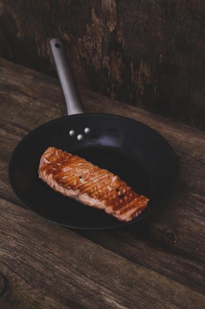 Fatia de salmão grelhado Foto gratuita