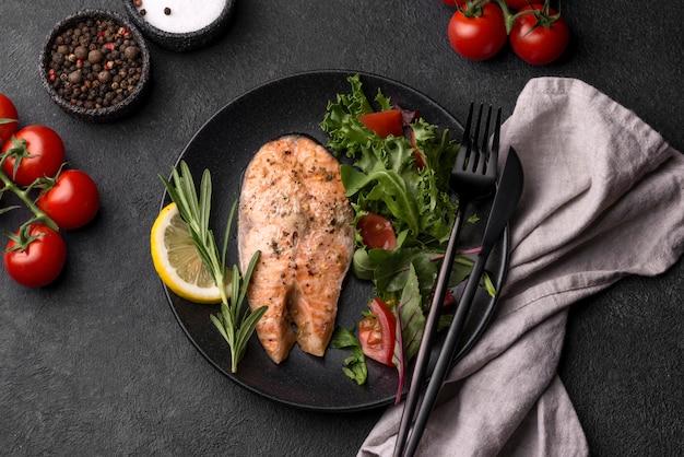 Fatia exótica de salmão de marisco com guardanapo Foto Premium