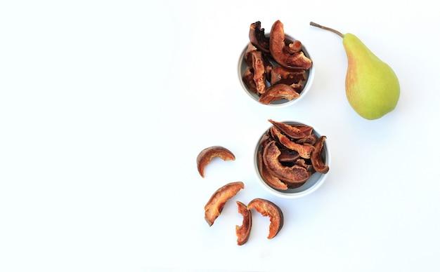 Fatias caseiras de chips de frutas secas em fundo branco Foto Premium