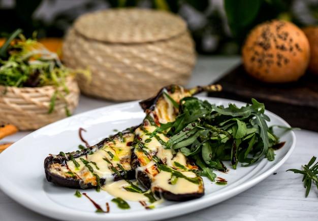 Fatias de berinjela grelhadas, guarnecidas com queijo derretido e estragão Foto gratuita