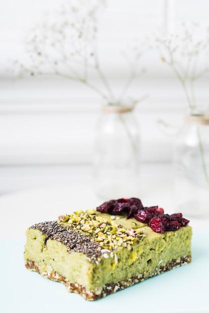 Fatias de bolo de limão com sementes de chia; pistaches e coberturas de cranberries secas Foto gratuita