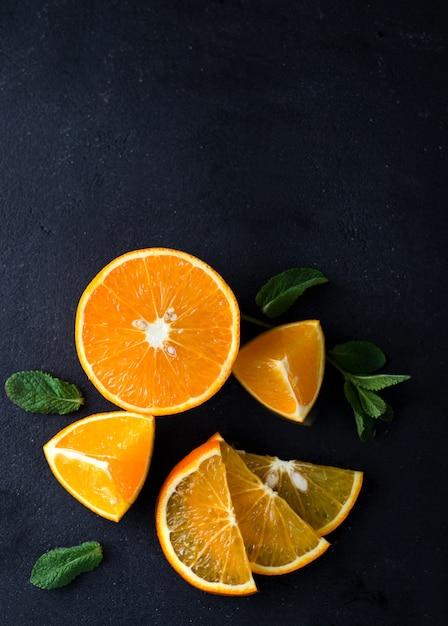 Fatias de citrinos e ervas de hortelã Foto Premium
