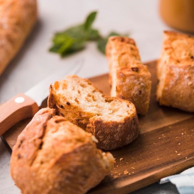 Fatias de close-up de pão caseiro em cima da mesa Foto gratuita