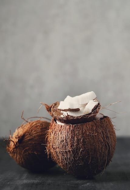 Fatias de coco com coco. fruta tropical Foto gratuita