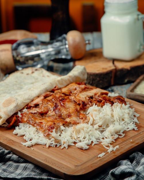 Fatias de frango assado em tortilla com arroz Foto gratuita