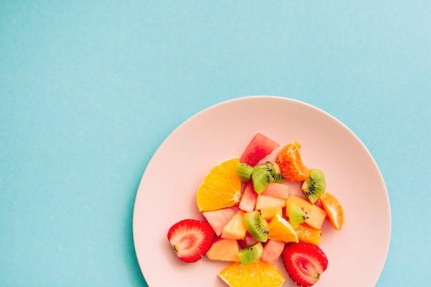 Fatias de frutas tropicais apetitosas maduras na placa Foto gratuita