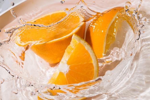Fatias de laranja na água Foto gratuita