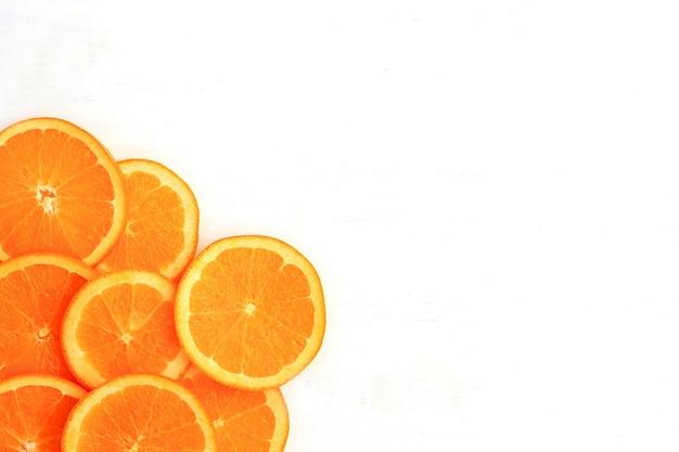 Fatias de laranja no fundo branco. flat leigo, vista de cima. Foto Premium