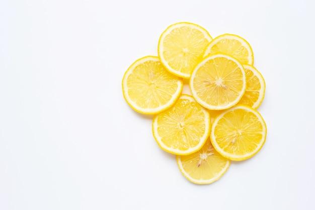 Fatias de limão fresco em branco Foto Premium