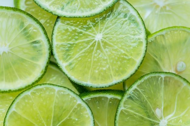 Fatias de limão recém cortado Foto gratuita