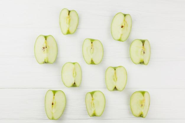 Fatias de maçã padrão no fundo branco Foto gratuita