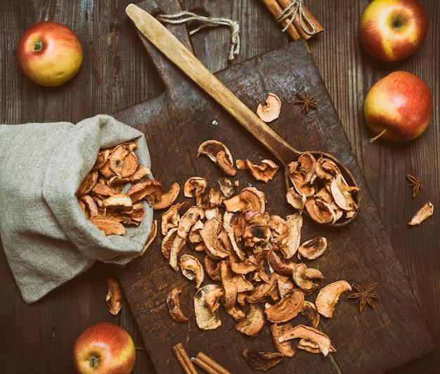 Fatias de maçã secas em um saco de lona Foto Premium