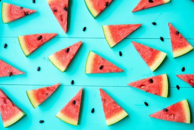 Fatias de melancia na mesa azul Foto gratuita