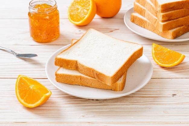 Fatias de pão com geléia de laranja Foto Premium