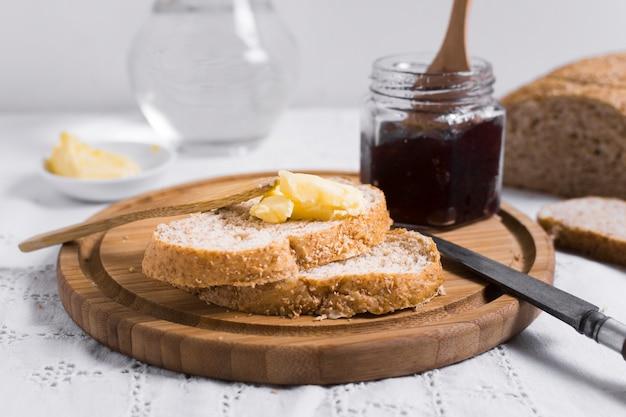 Fatias de pão com geléia e manteiga vista frontal Foto gratuita