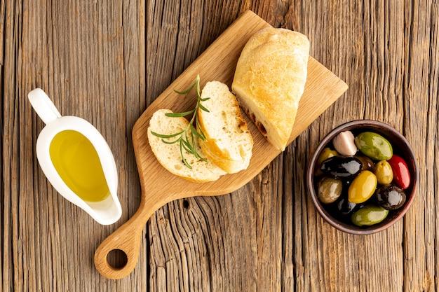 Fatias de pão com molho de azeite e azeitonas Foto gratuita