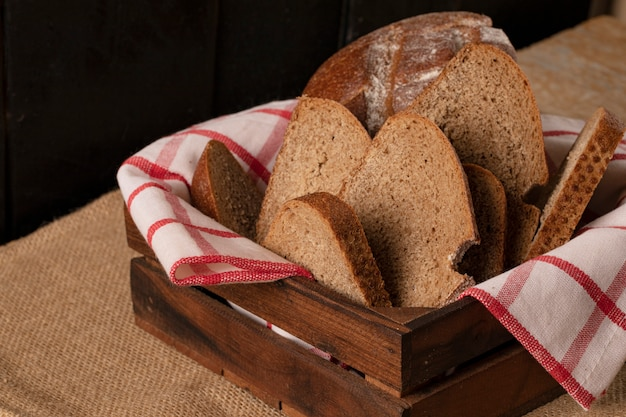 Fatias de pão fino em uma cesta de madeira. Foto gratuita