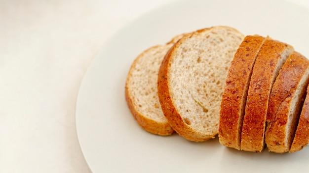 Fatias de pão na chapa branca Foto gratuita