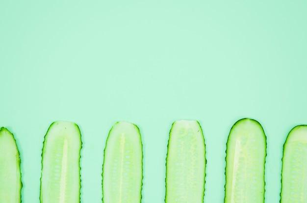 Fatias de pepino da vista superior Foto gratuita