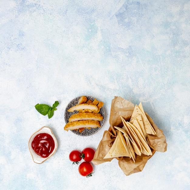 Fatias de pita e tomate com carne e molho Foto gratuita