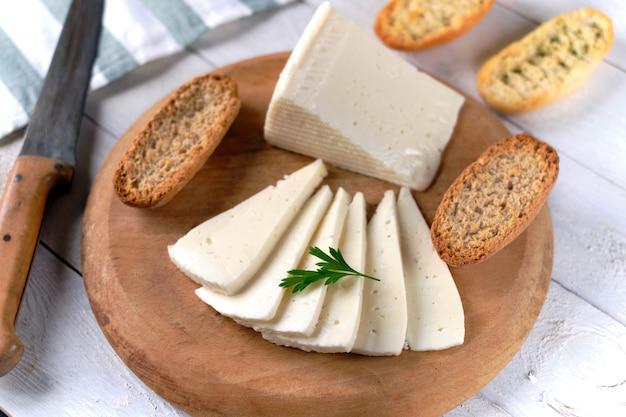 Fatias de queijo de vaca macia Foto Premium