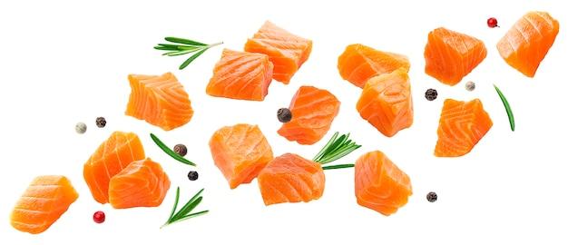 Fatias de salmão caindo isoladas no branco Foto Premium