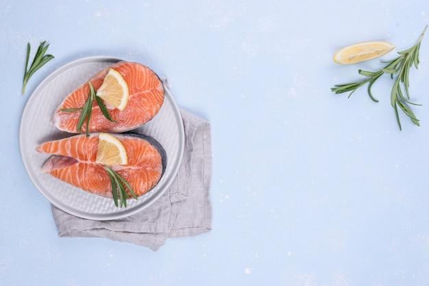 Fatias de salmão copiam espaço Foto gratuita