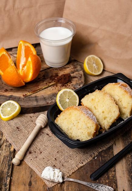 Fatias de torta de buscuit com sabor de iogurte e limão com leite. Foto gratuita
