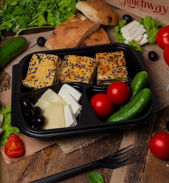 Fatias de torta de carne com legumes, tomate, pepino, azeitonas e queijo Foto gratuita