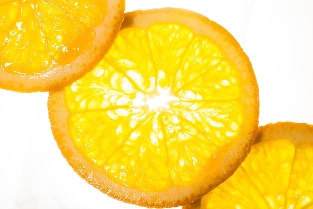 Fatias de vista superior de laranja em fundo branco Foto gratuita