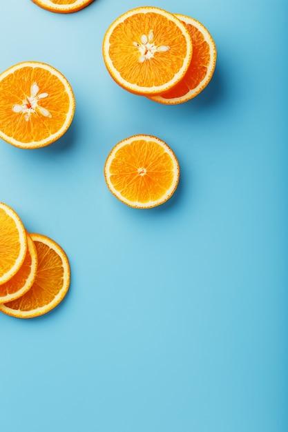 Fatias redondas de laranja suculenta no azul Foto Premium