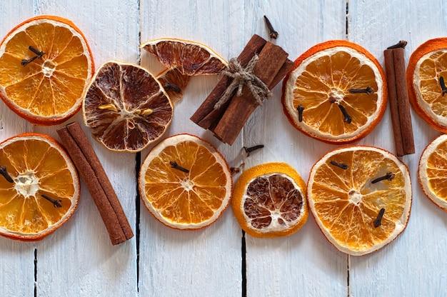 Fatias secas de laranja e limão com paus de canela Foto Premium