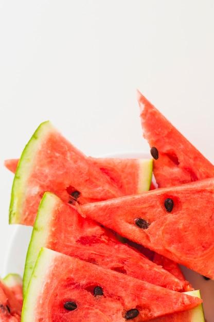 Fatias triangulares de melancia em fundo branco Foto gratuita